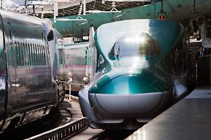 東京駅に進入するE5系新幹線電車。
