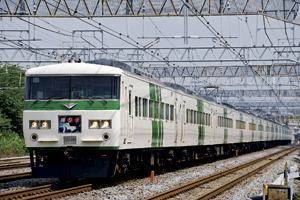 ストライプ塗色の185系電車